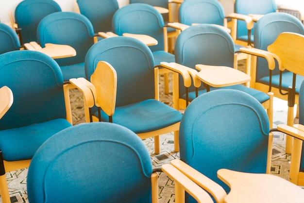 教室で青い空の椅子 無料写真