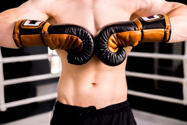 Мальчик боксер позирует в тренажерном зале Бесплатные Фотографии