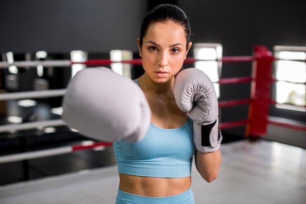 Боксер девушка позирует в тренажерном зале Бесплатные Фотографии