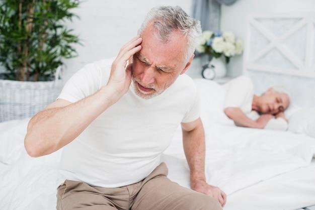 頭痛を持つ老人 無料写真