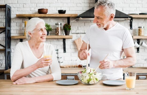 老夫婦の台所で料理 無料写真
