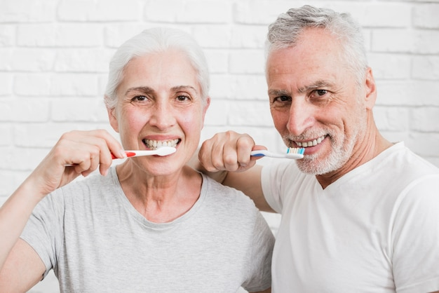 彼らの歯を洗う年配のカップル 無料写真