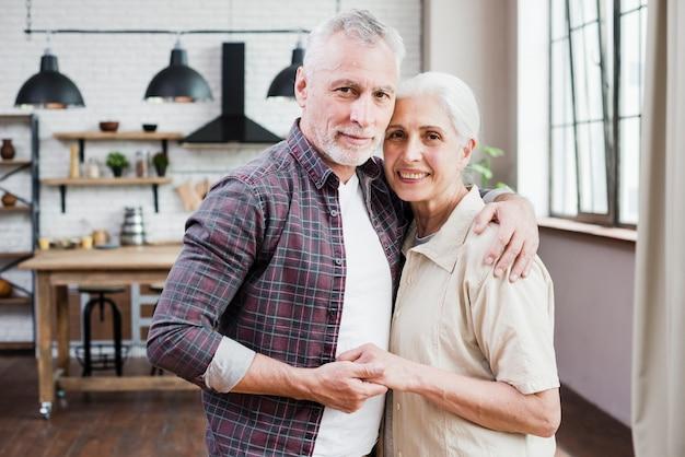 Пожилая пара позирует для фото Бесплатные Фотографии