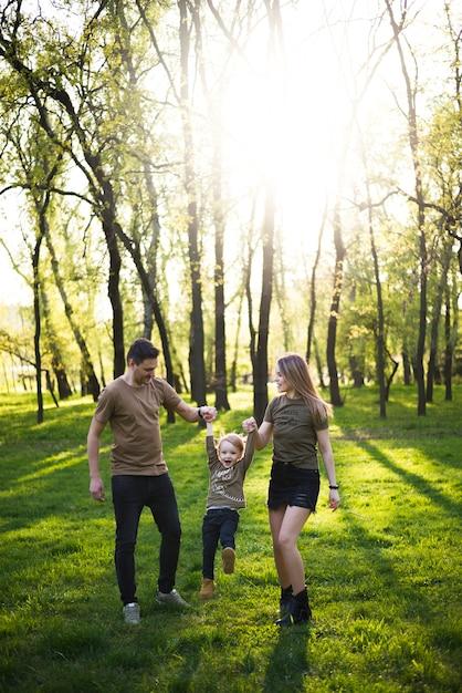 自然の中で子供を持つ幸せな親 無料写真
