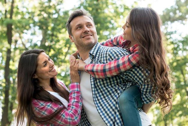 公園で楽しんで幸せな家族 無料写真