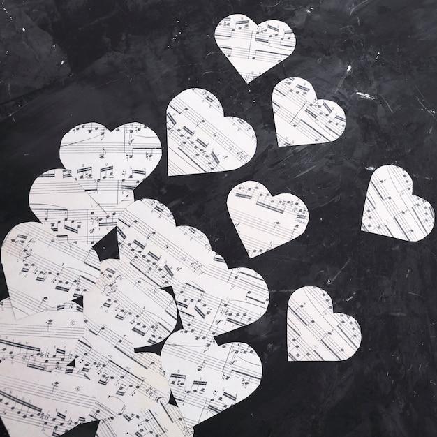 ハート型の紙の上の音符 無料写真
