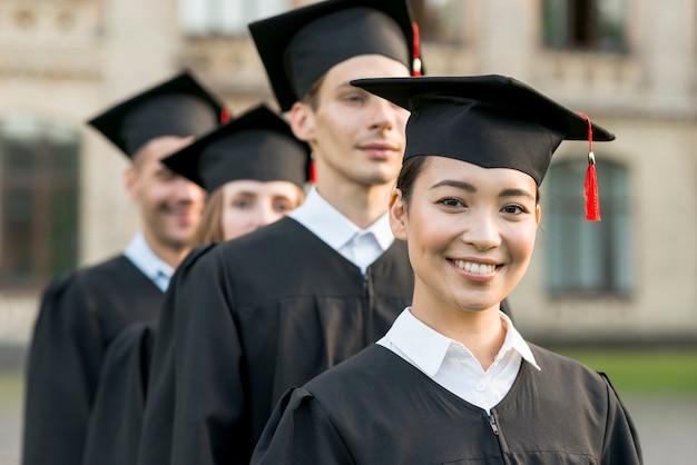 卒業を祝っている学生のグループの肖像画 無料写真