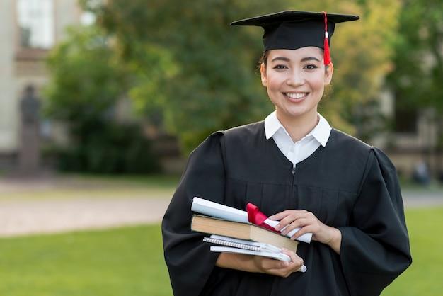 幸せな少女の肖像画と卒業の概念 無料写真