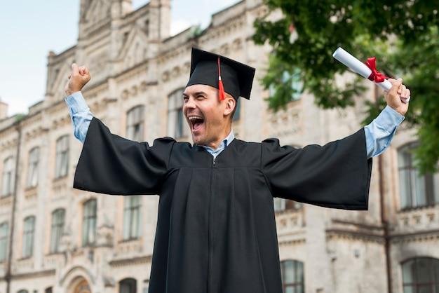 幸せな男の肖像画と卒業の概念 無料写真
