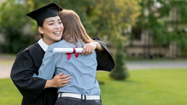 卒業を祝う若い学生たち 無料写真