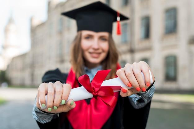 幸せな女の肖像画と卒業の概念 無料写真