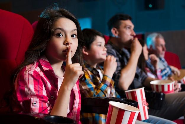 幸せな家族の映画館に座っています。 無料写真