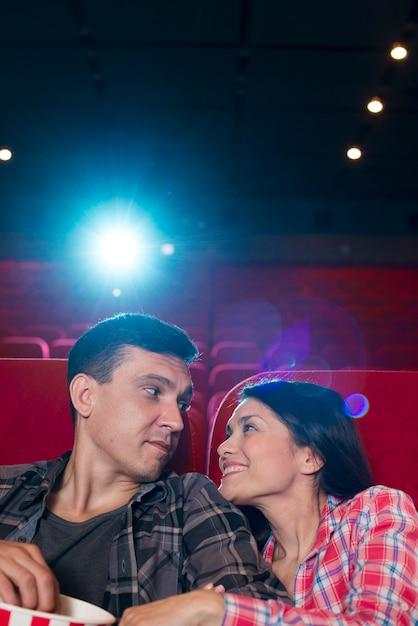 映画館で映画を見ている若いカップル 無料写真