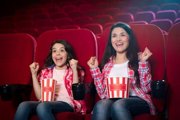 映画館で娘を持つ母 無料写真