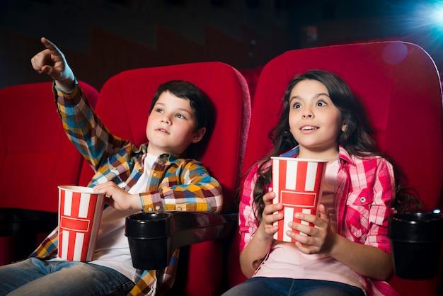 男の子と女の子の映画館で映画を見て 無料写真