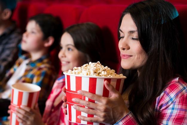 Счастливая семья сидит в кино Бесплатные Фотографии