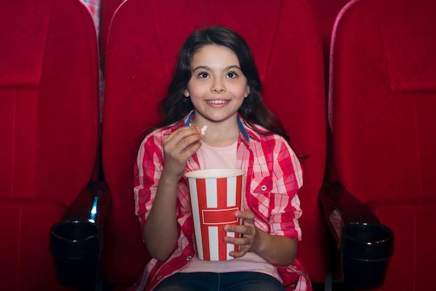 映画館で映画を見ている女の子 無料写真