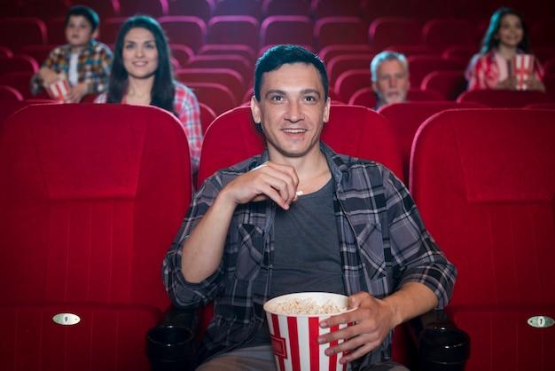 映画館で映画を見ている男 無料写真