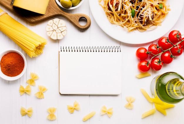 メモ帳テンプレートとフラットレイアウトイタリア料理組成 無料写真