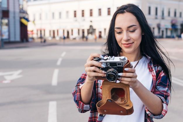 路上でカメラを見て笑顔の女性の肖像画 無料写真