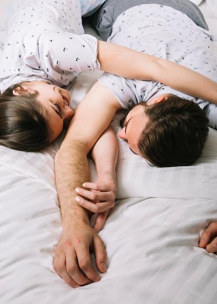 朝はベッドで若いカップル 無料写真