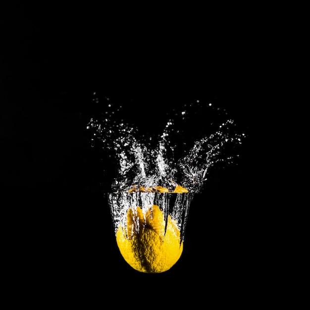 Лимон, погружаясь в воду Бесплатные Фотографии