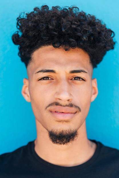 Лицо этнического человека с афро Бесплатные Фотографии
