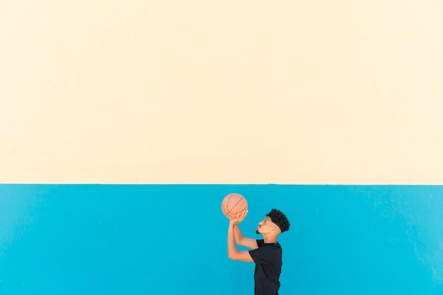 バスケットボールをする準備をしている民族のスポーツマン 無料写真