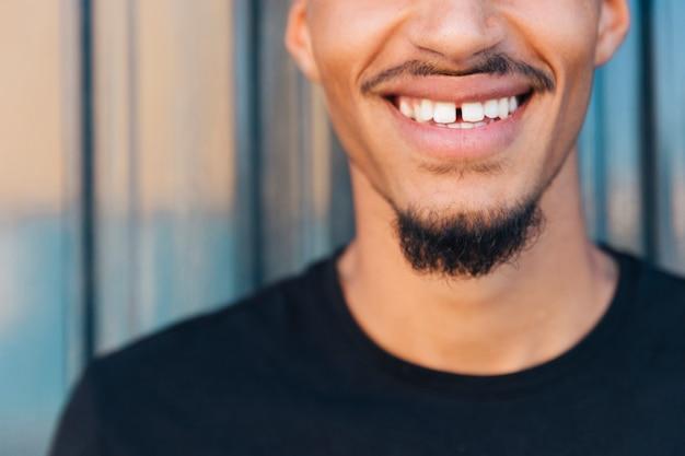 口ひげとあごひげを持つ民族の男の笑顔 無料写真