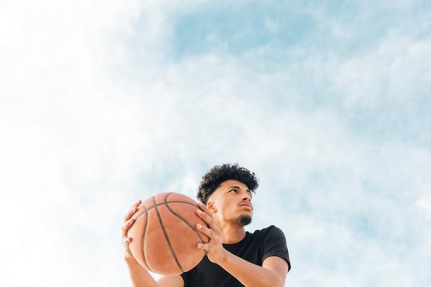 ボールをよそ見するバスケットボール選手 無料写真