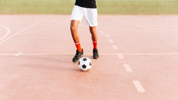 スポーツグラウンドでサッカーで遊ぶスポーツマン 無料写真