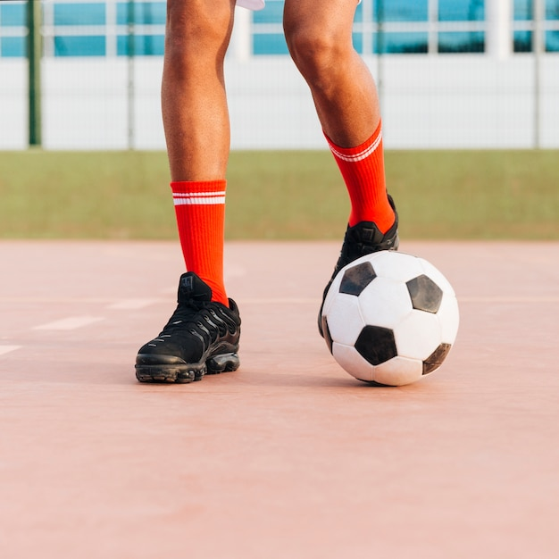 スタジアムでサッカーをしてスポーツマンの足 無料写真
