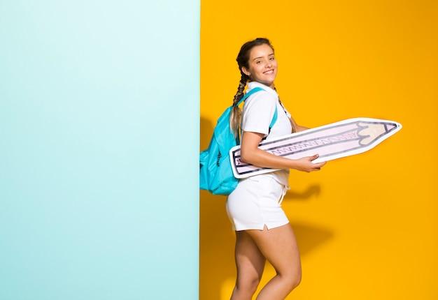 大きな鉛筆と女子高生の肖像画 無料写真