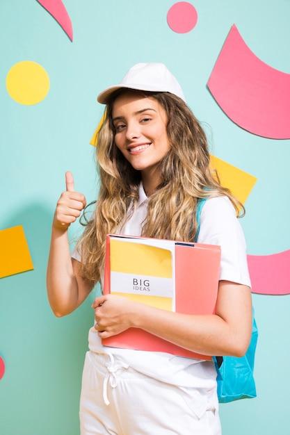 Портрет школьницы на фоне стиля мемфис Бесплатные Фотографии