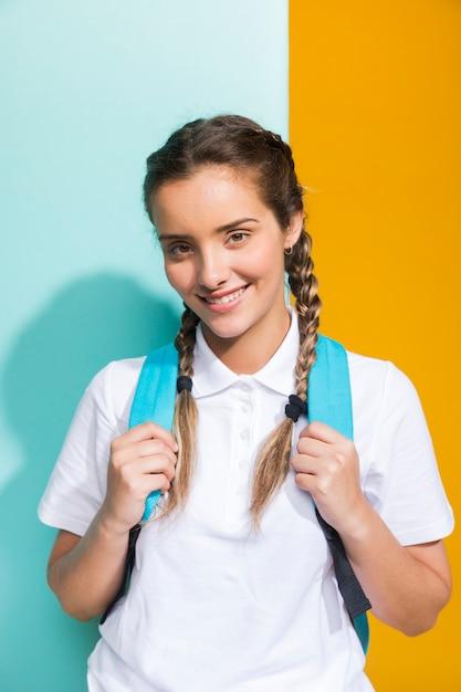 黄色と青の背景に女子高生の肖像画 無料写真
