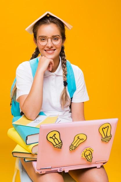黄色の背景に女子高生の肖像画 無料写真