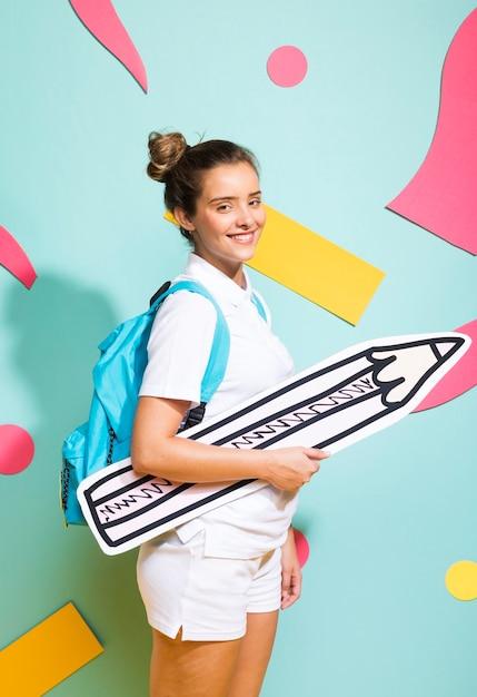 Портрет школьницы с большим карандашом Бесплатные Фотографии