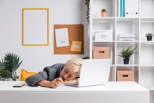 オフィスで中年の実業家の肖像画 無料写真