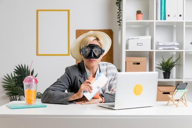 夏休みのために準備されたオフィスの女性の肖像画 無料写真