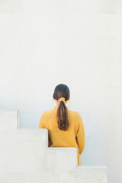 ポニーテールを持つ女性の背面図 無料写真