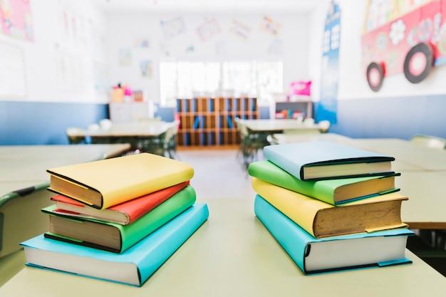 教室のテーブルの上の本 無料写真