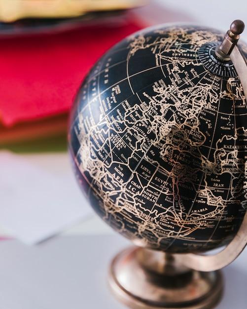 机の上の装飾的な黒と青銅の世界 無料写真