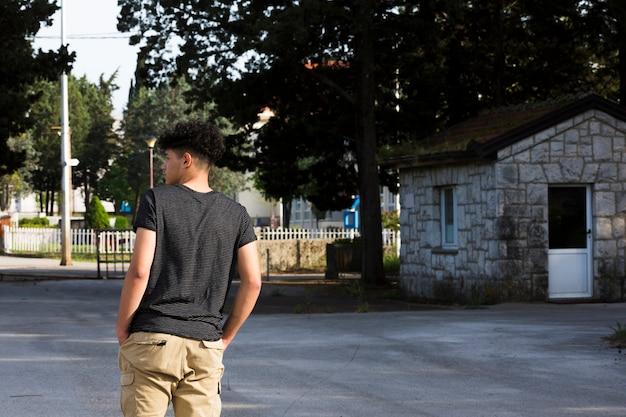 男性のティーンエイジャーに立っていると通りで空想 無料写真
