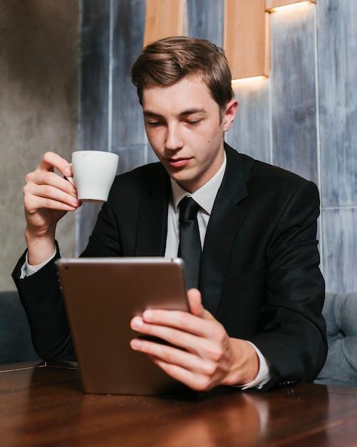 タブレットを見て青年実業家 無料写真