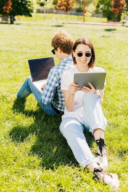 公園で働く若いカップル 無料写真