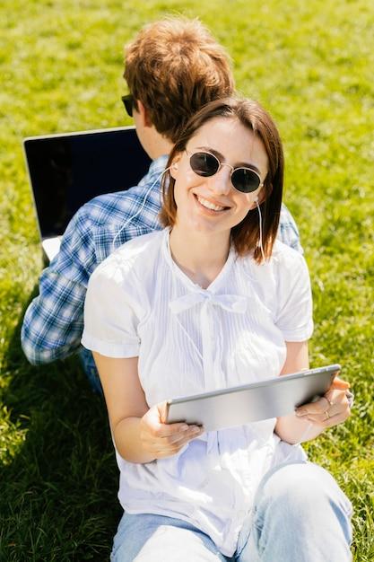 公園で若い幸せなカップル 無料写真