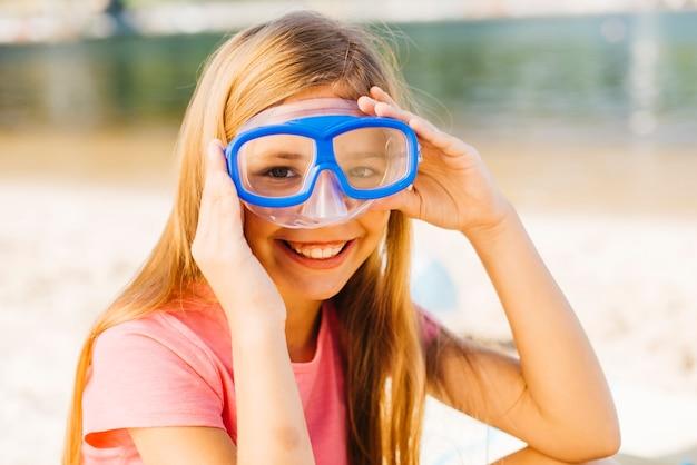海辺でダイビングマスクで幸せな女の子 無料写真