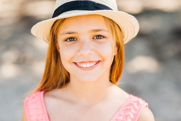 Молодая блондинка, глядя на камеру на пляже Бесплатные Фотографии
