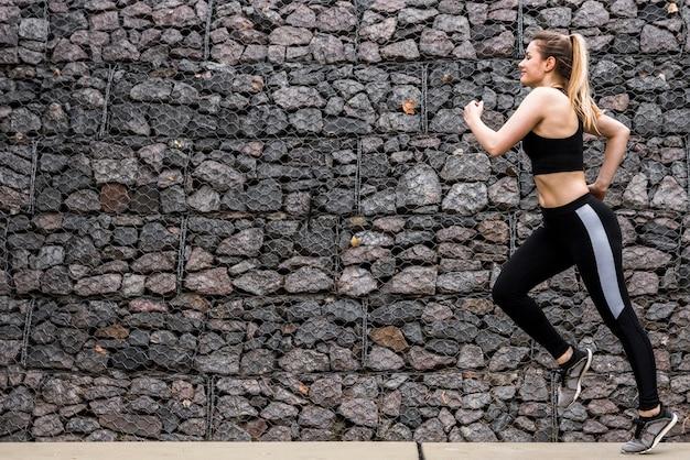 スポーツウェアと屋外で走っている若い女性 無料写真