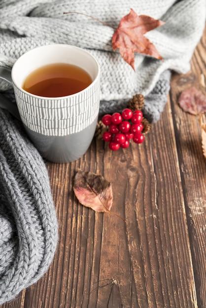 木製のテーブルの上の熱い飲み物と組成 無料写真